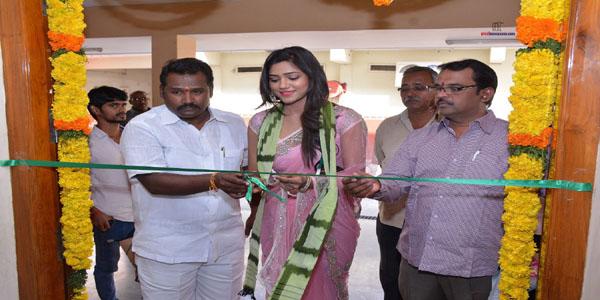 Actress Shalu Chourasiya Inaugurates Pochampally IKAT art mela
